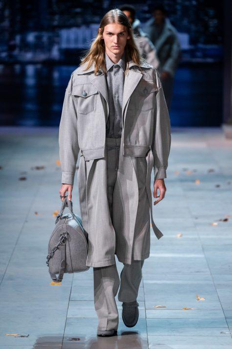Mở đầu bộ sưu tập Louis Vuitton nam 2019 là những kiểu layer thời thượng cùng các chi tiết phụ kiện quá khổ, Ảnh: Vogue