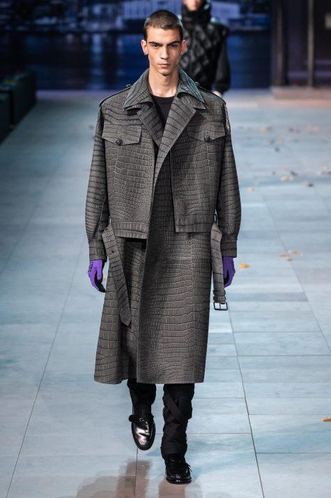 Cách phối mới mẻ giữa trenh coat và áo jacket. Ảnh: Vogue
