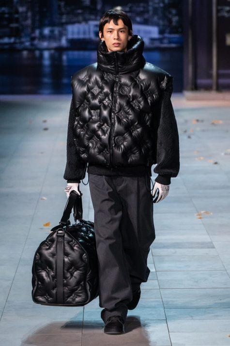 Áo bomber chần bông với kỹ thuật hiện đại tạo nên lối đi mới cho họa tiết monogram huyền thoại của Louis Vuitton. Ảnh: Vogue