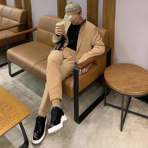 So với những outfit thanh lịch với boots và suit, Kelbin dường như đang thay đổi để tạo ra sự mới mẻ trong bữa tiệc mix&macth. Ảnh: Facebook Kelbin Lei