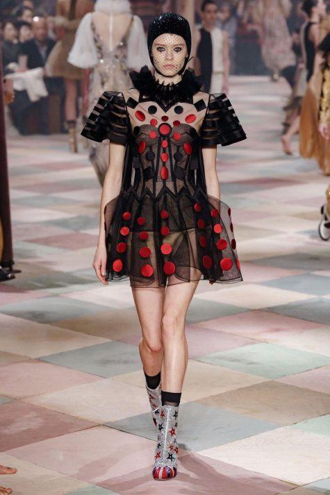 """Thiết kế Dior trong không gian rạp xiếc nổi bật với các mẫu váy dập ly """"tinh xảo"""". Ảnh: Vogue"""