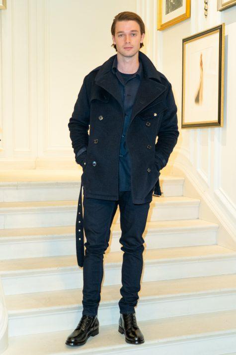 Patrick Schwarzenegger hoàn toàn mang đến outfit trẻ trung đời thường nhưng vẫn bắt mắt tại một sự kiện thời trang. Ảnh: Vogue