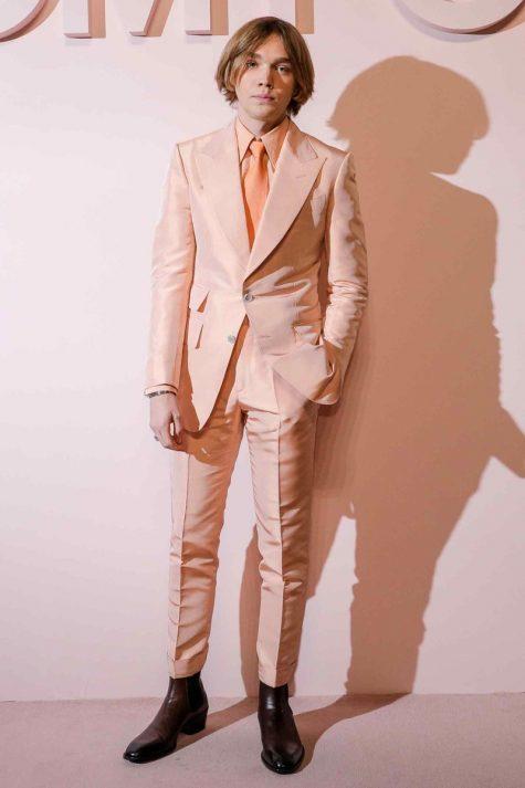 Charlie Plummer gây ấn tượng với bộ suit màu cam pastel thanh lịch và trẻ trung của Tom Ford. Ảnh: GQ