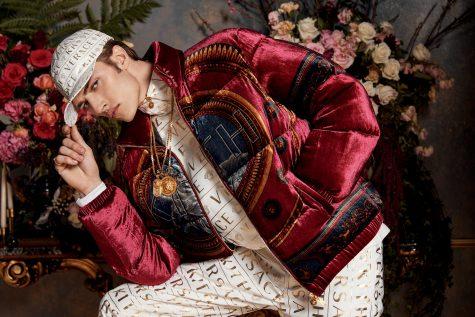 Người mẫu Lucky Blue Smith xuất hiện trẻ trung trong chiếc áo chần bông trên nền chất liệu nhung thời thượng của Versace x Kith. Ảnh: Kith