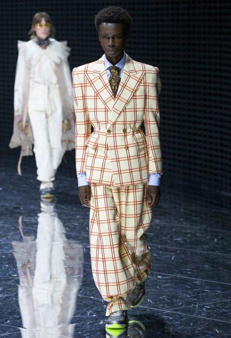 Bộ suit bó eo và sneaker có phần đế màu neon lạ mắt. Ảnh: Gucci