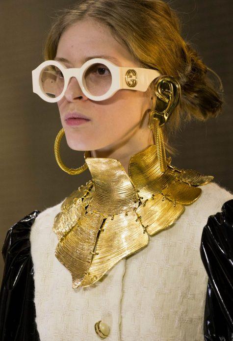 Những mẫu phụ kiện được nâng tầm đáng kể về kích thước từ gọng kính, vòng cổ, khuyên tai. Ảnh: Gucci