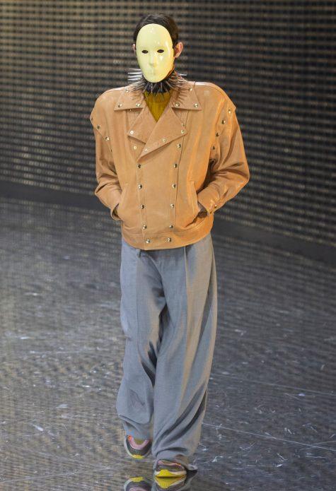 Mặt nạ và vòng cổ đinh tán, phải chăng nhà mốt đang muốn truyền tải thông điệp xã hội qua những mẫu quần áo? Ảnh: Gucci