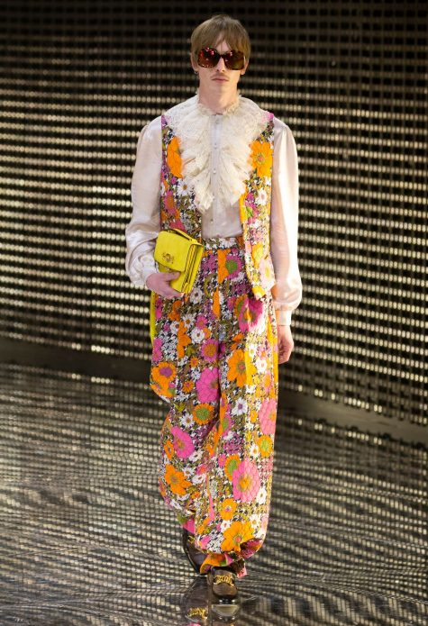Áo ghi lê, quần âu họa tiết hoa lá cùng sơ mi bèo nhún vương giả. Ảnh: Gucci