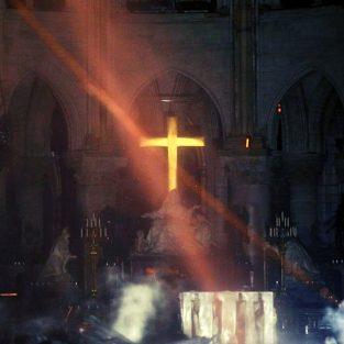 Những gì còn lại bên trong Thánh đường nhà thờ Đức Bà Paris sau vụ cháy