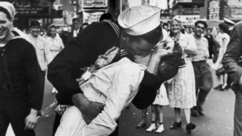 """Để có một nụ hôn nồng cháy, đừng quên """"nhiệm vụ"""" của đôi bàn tay"""