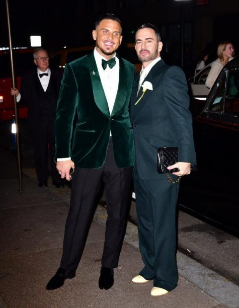 Marc Jacobs (phải) hạnh phúc trong ngày trọng đại. Ảnh: The New York Times