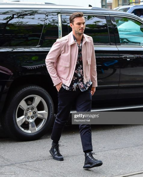 Diễn viên Nicholas Hoult trong trang phục dạo phố tươi mát xuất hiện ở vị trí thứ 5 top sao nam mặc đẹp. Ảnh: Getty Images