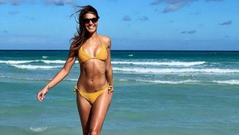 nữ phóng viên thể thao Lara Álvarez mặc bikini tắm biển
