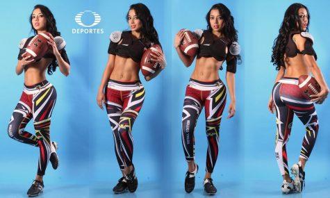 nữ phóng viên thể thao Addriana Duenas chụp với trang phục bóng bầu dục