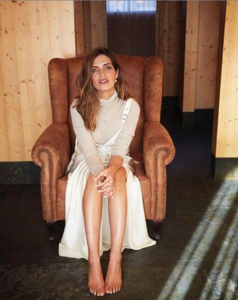 nữ phóng viên thể thao Sara Carbonero mặc váy trắng