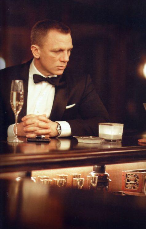 Daniel Craig tại quán bar chọn rượu vang trắng