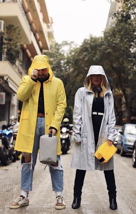 cách phối đồ những ngày mưanhững ngày mưa cặp đôi mặc áo khoác chống nước màu vàng và màu trắng