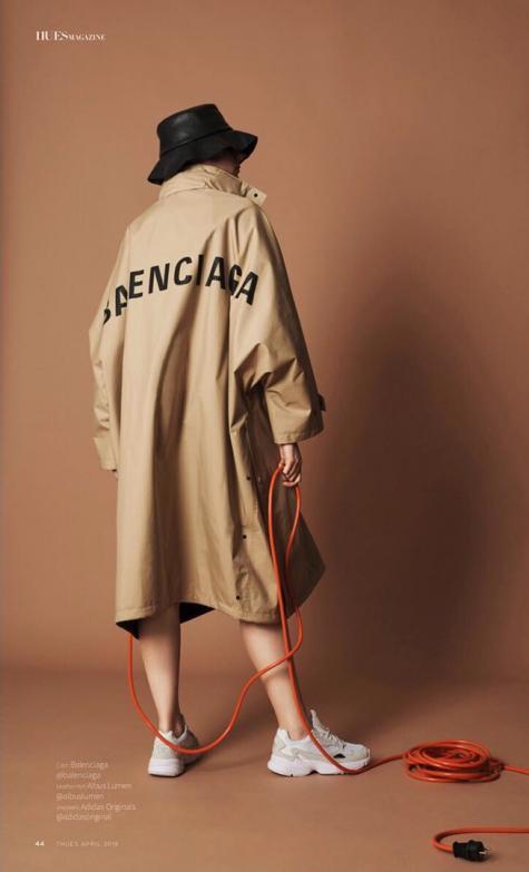 cách phối đồ những ngày mưa chàng trai mặc áo balenciaga chống thấm nước photoshoot
