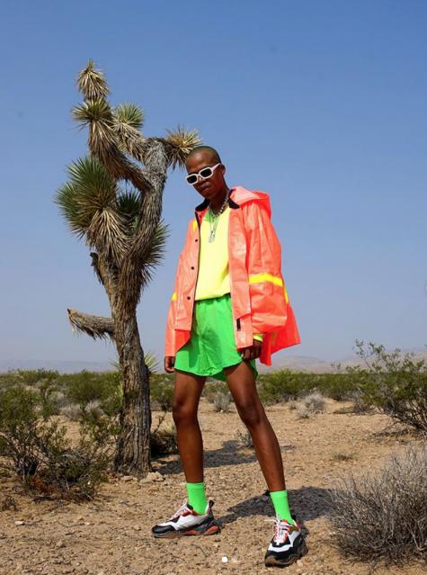 cách phối đồ những ngày mưa chàng trai mặc áo neon chống nước