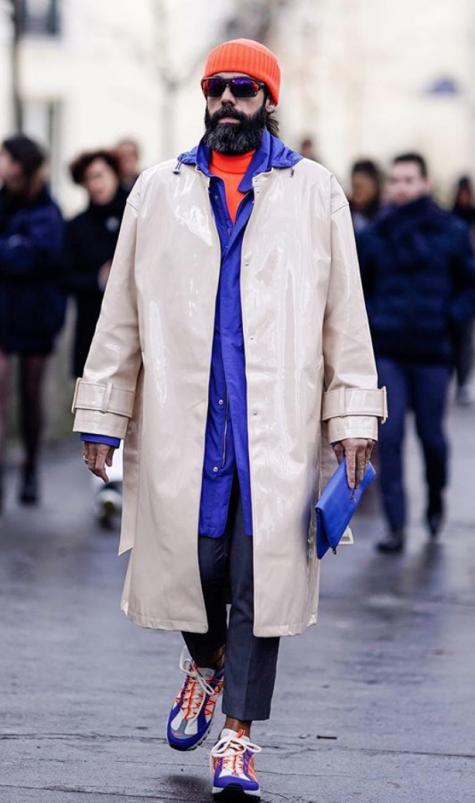 cách phối đồ những ngày mưa fashionisto mặc áo khoác chống nước màu trắng
