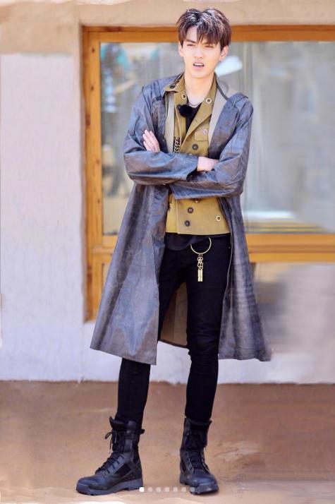 cách phối đồ những ngày mưa kris wu mặc áo khoác chống nước màu xám