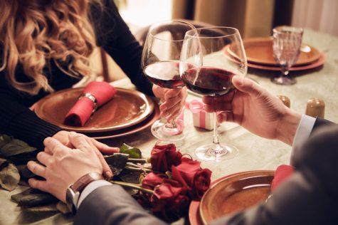 cặp đôi hẹn hò ăn tối chọn rượu vang đỏ