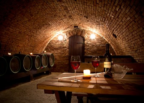 hầm rượu vang cùng thùng gỗ sồi - nghệ thuật chọn rượu vang