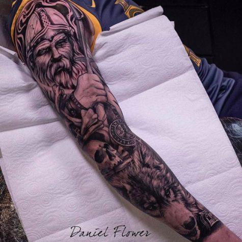 hình xăm cánh tay nam hoạ tiết bắc âu viking ông già và con sói