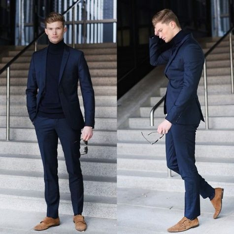 quý ông mặc suit xanh navy đến buổi triễn lãm