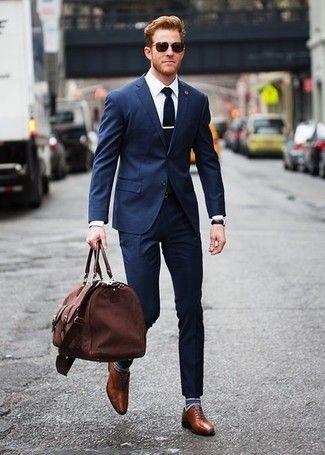 quý ông mặc suit xanh navy đi trên đường