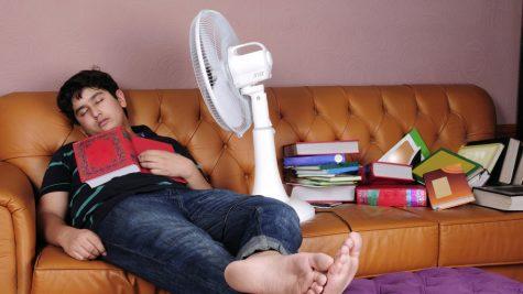 thói quen xấu-đàn ông đang ngủ trước quạt điện