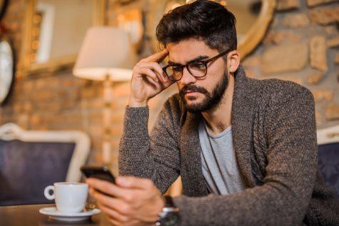 hạnh phúc trong cuộc sống-đàn ông đang sử dụng smartphone