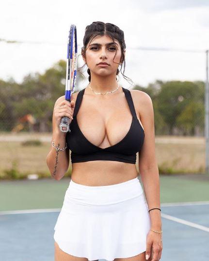 Nữ phóng viên thể thao Mia Khalifa chơi tennis