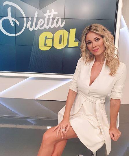 nữ phóng viên thể thao người Ý Diletta Leotta mặc váy trắng