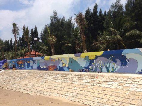 cận cảnh bức tranh tường Vì môi trường biển đang dần được hoàn thiện