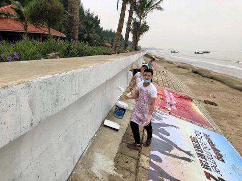 Sinh viên ĐH Mỹ thuật hoàn thiện bức tranh tường Vì môi trường biển