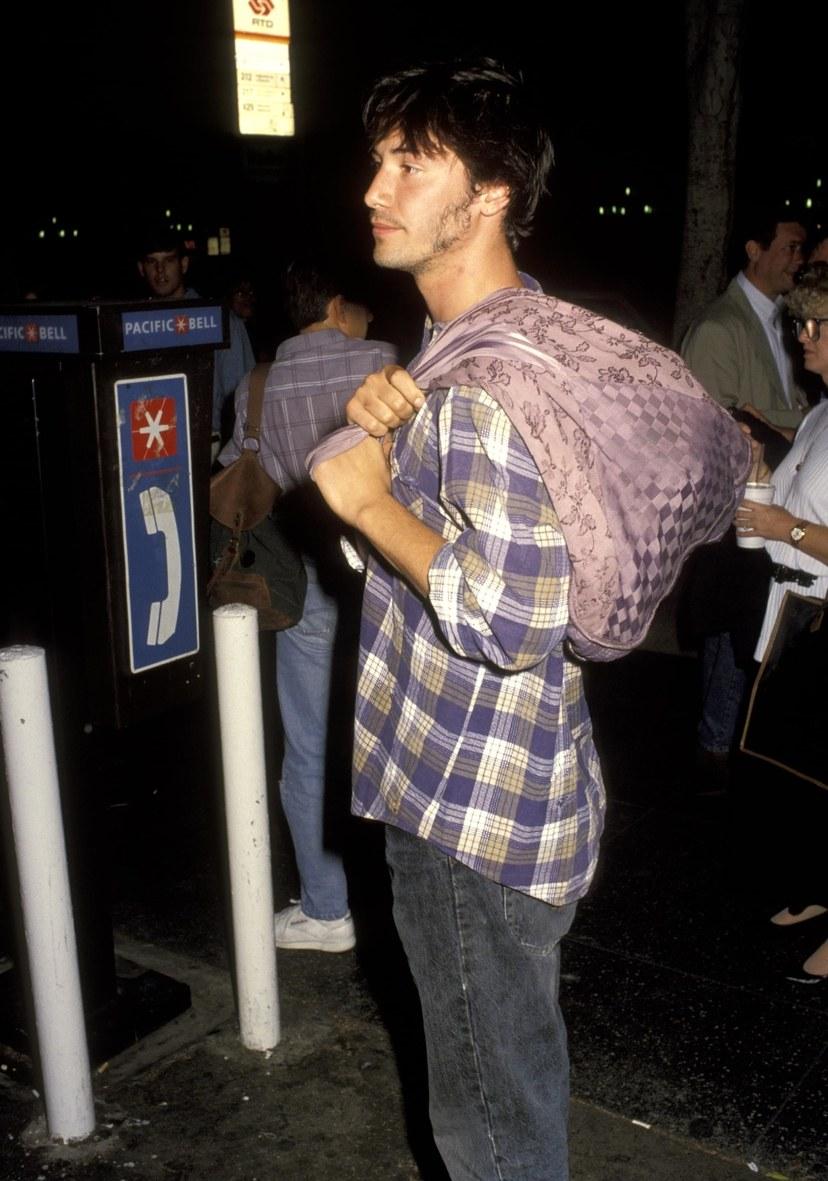 Diễn viên Keanu Reeves-Keanu Reeves đang vác túi xách