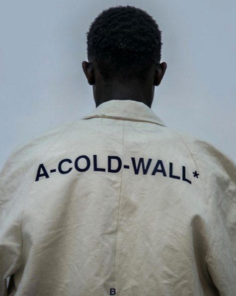 Logo thương hiệu A-COLD-WALL người mẫu nam da đen măc đồ beige