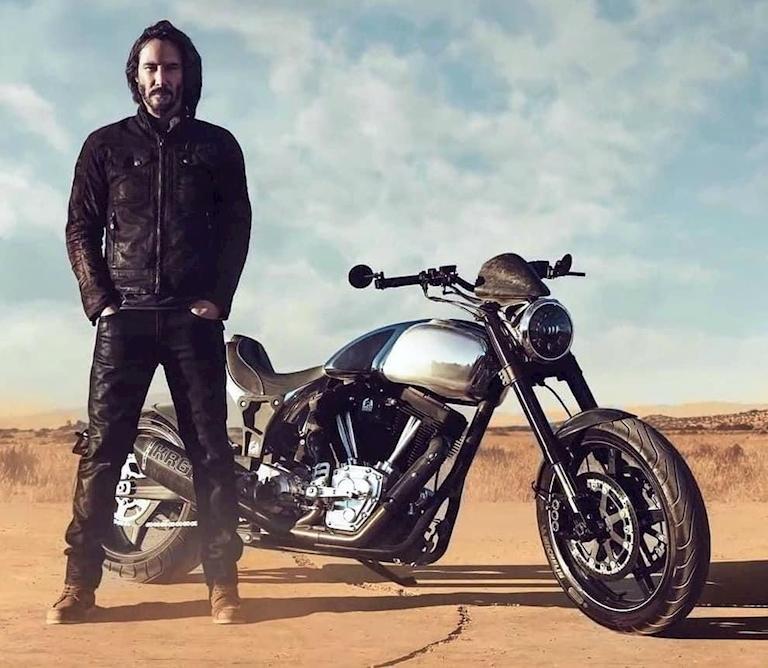 diễn viên Keanu Reeves đứng bên cạnh chiếc xe mô tô