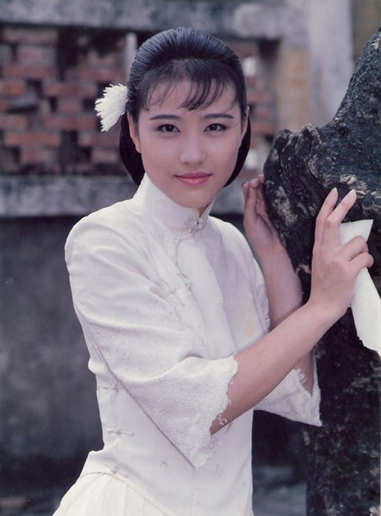 mỹ nhân Hong Kong-Châu Hải My cài hoa