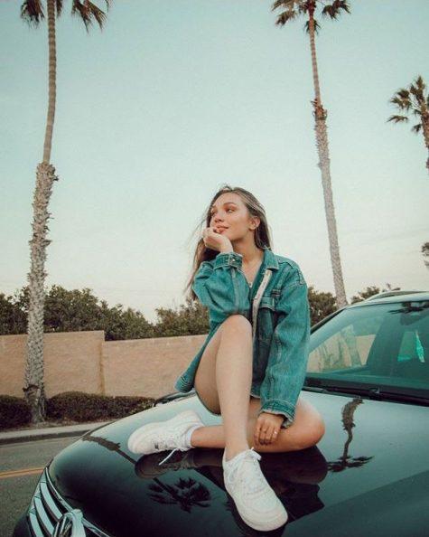 Mỹ nhân xinh đẹp Maddie Ziegler tạo dáng trên xe ô tô