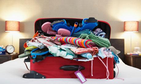 sắp xếp hành lý bừa bộn