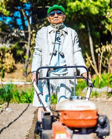 thời trang đường phố của cụ ông silver tetsuya kéo xe cắt cỏ