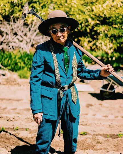 thời trang đường phố của cụ ông silver tetsuya trong bộ suit xanh