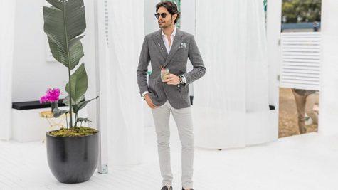 áo blazer nam-quý ông mặc áo blazer xám và quần chinos