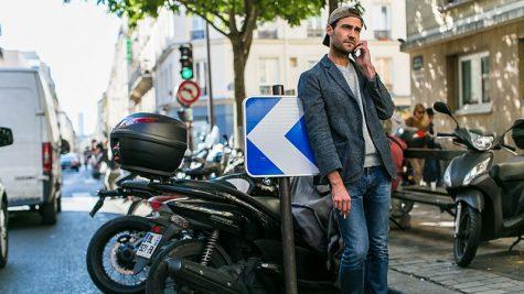 áo blazer nam-quý ông mặc áo blazer xám và quần jeans