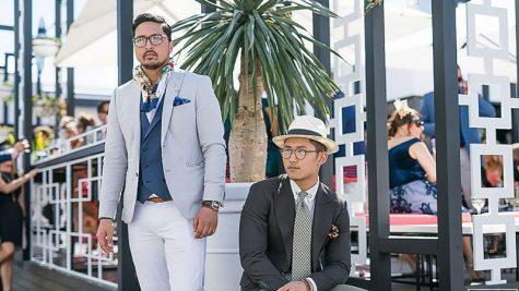 áo blazer nam-quý ông mặc áo blazer xám và quần trắng