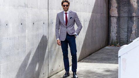 áo blazer nam-quý ông mặc áo blazer xám và quần xanh navy