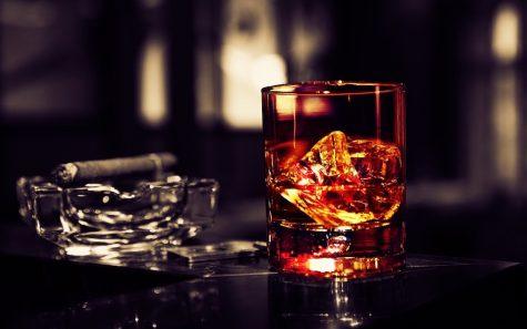 cách uống rượu Whisky ngon hơn cùng ly rượu và điếu xì gà