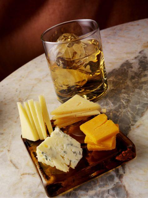 cách uống rượu Whisky - kết hợp cùng phô mai
